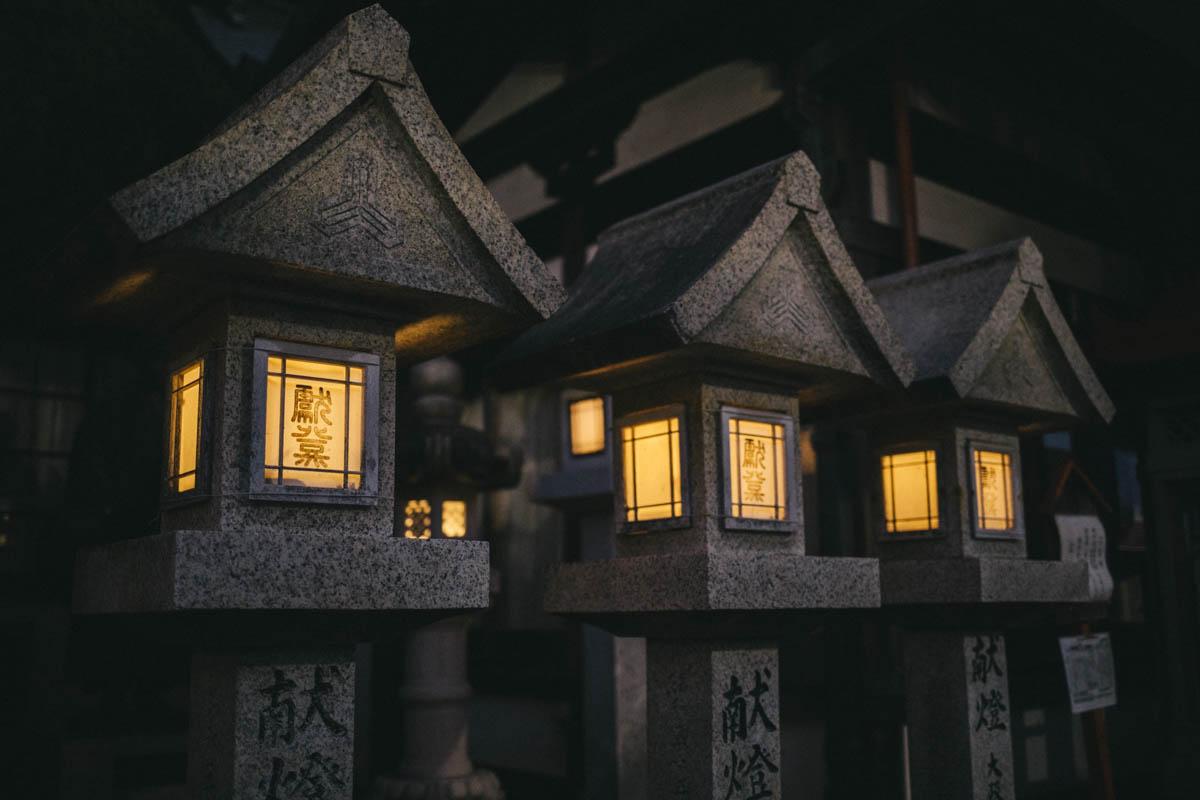 lanterne nuit japon temple bouddhiste