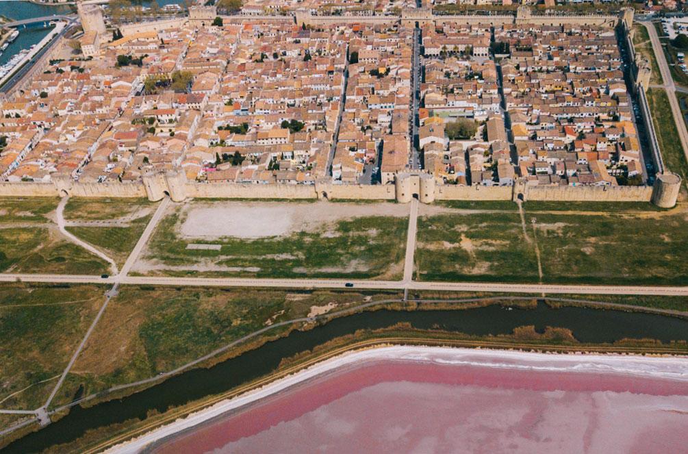 Vue sur les remparts et les salins d'Aigues-Mortes en Camargue