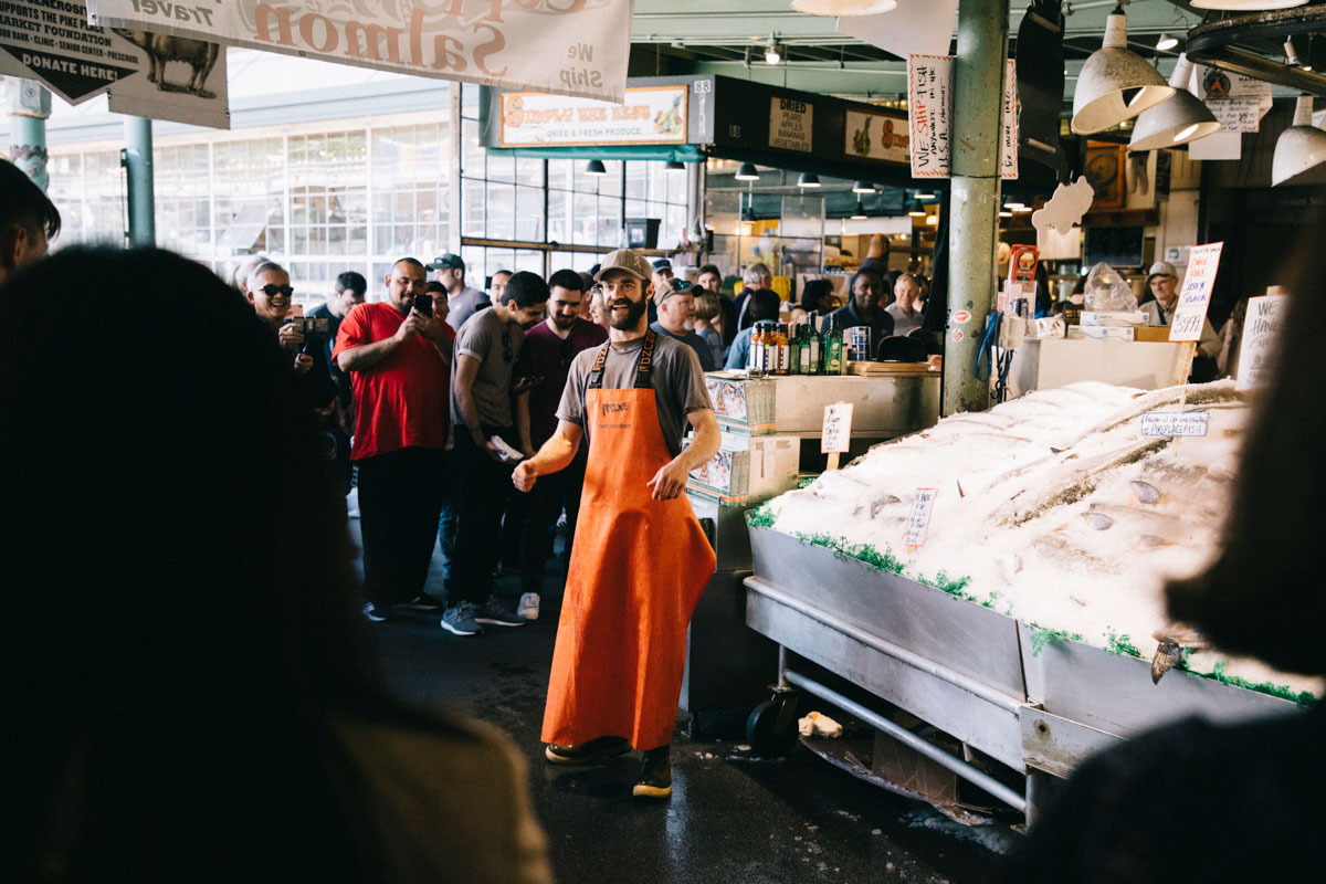 Le stand des poissonnier hippster au Pike place Market à Seattle