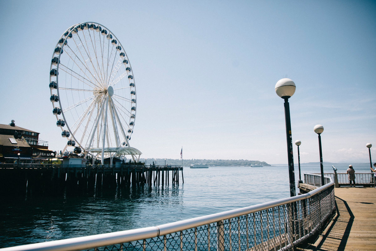 La ballade de Waterfront avec la Great Wheel de Seattle