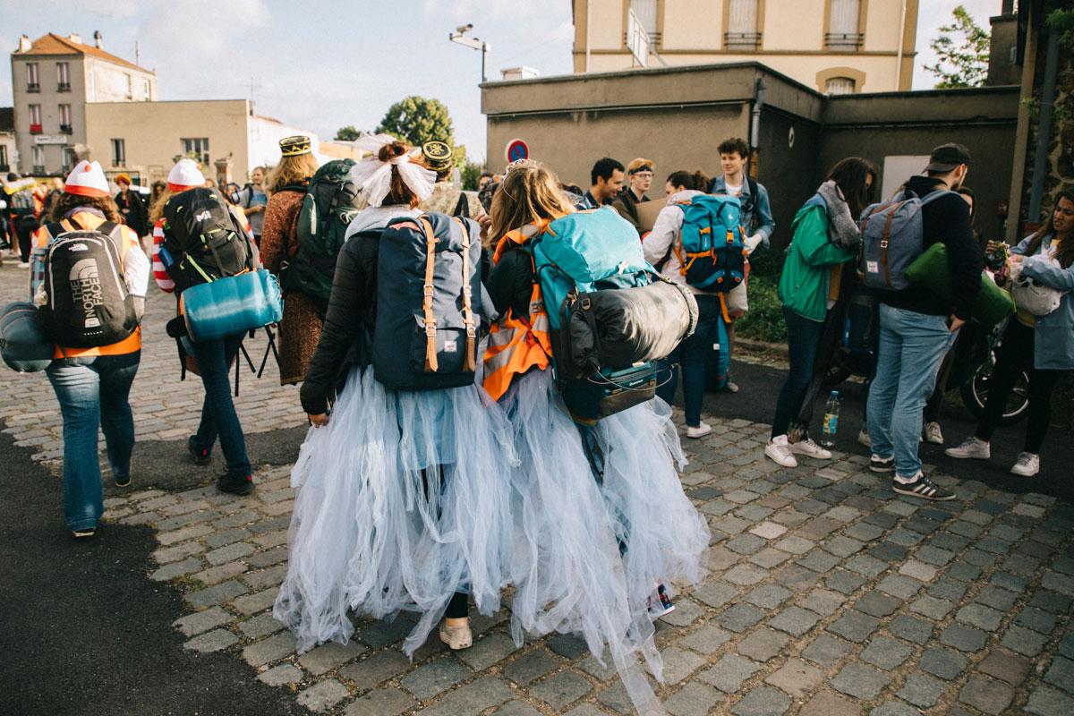 participants déguisés au départ de la course en stop