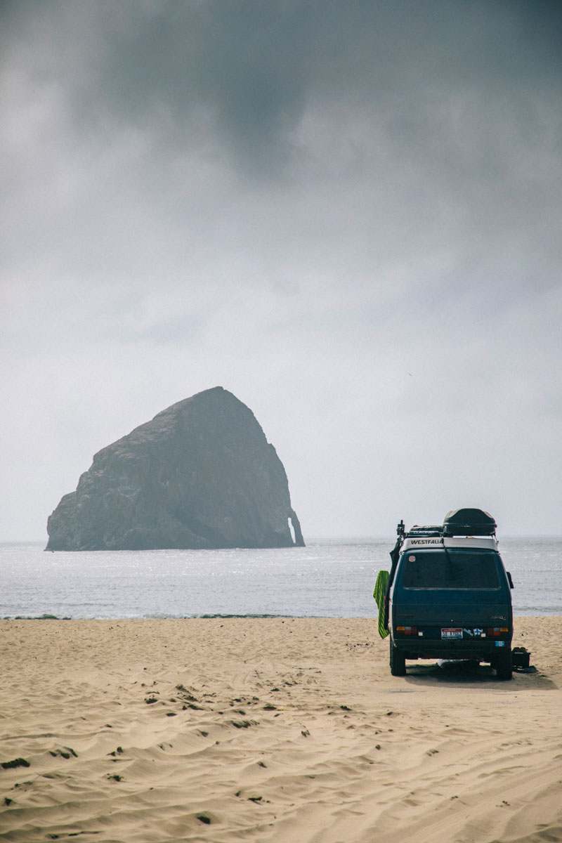 Van sur cape Kiwanda beach, oregon coast