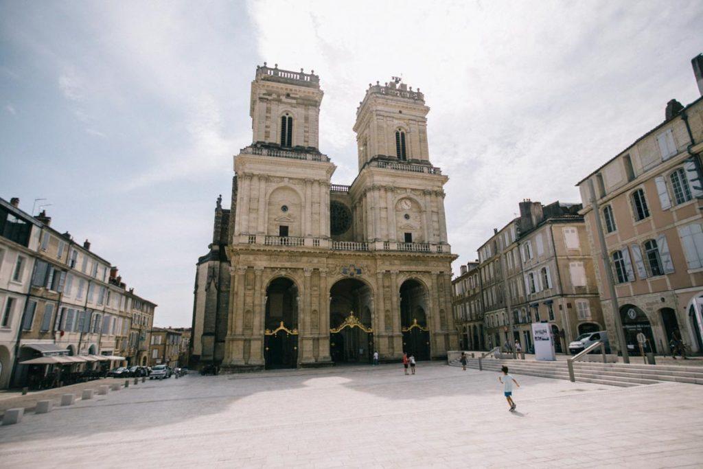 Le parvis de la cathédrale de Auch