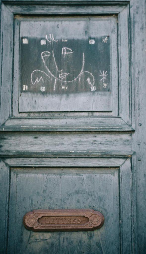 dessin de Castelbajac sur une des portes de Lectoure