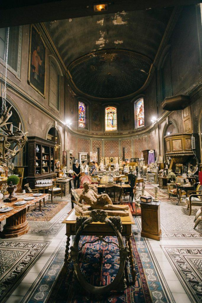Les brocanteurs installés dans la chapelle du Chateau de Lectoure
