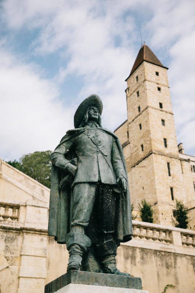 statue de d'Artagnan dans l'escalier monumental à Auch