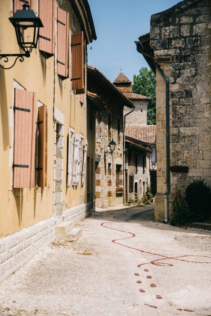 Ligne dessinée dans le village de Sarrant