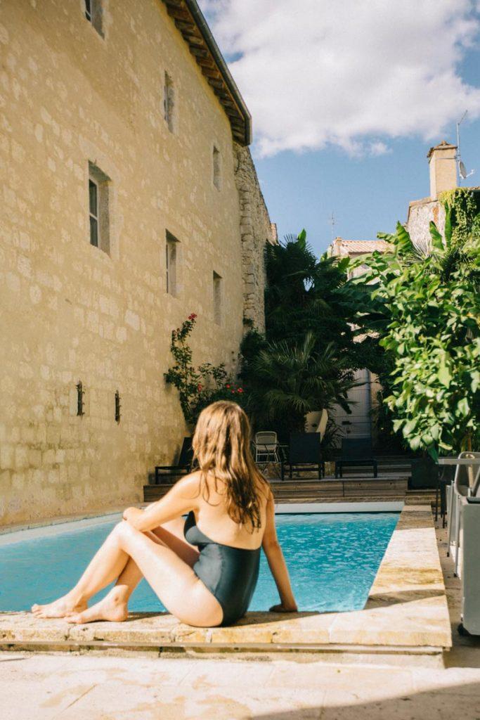 au bord de la piscine de l'hôtel Guilhon