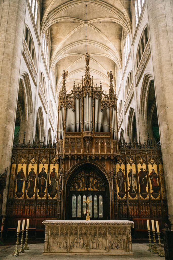 l'orgue au centre de la cathédrale d'Auch