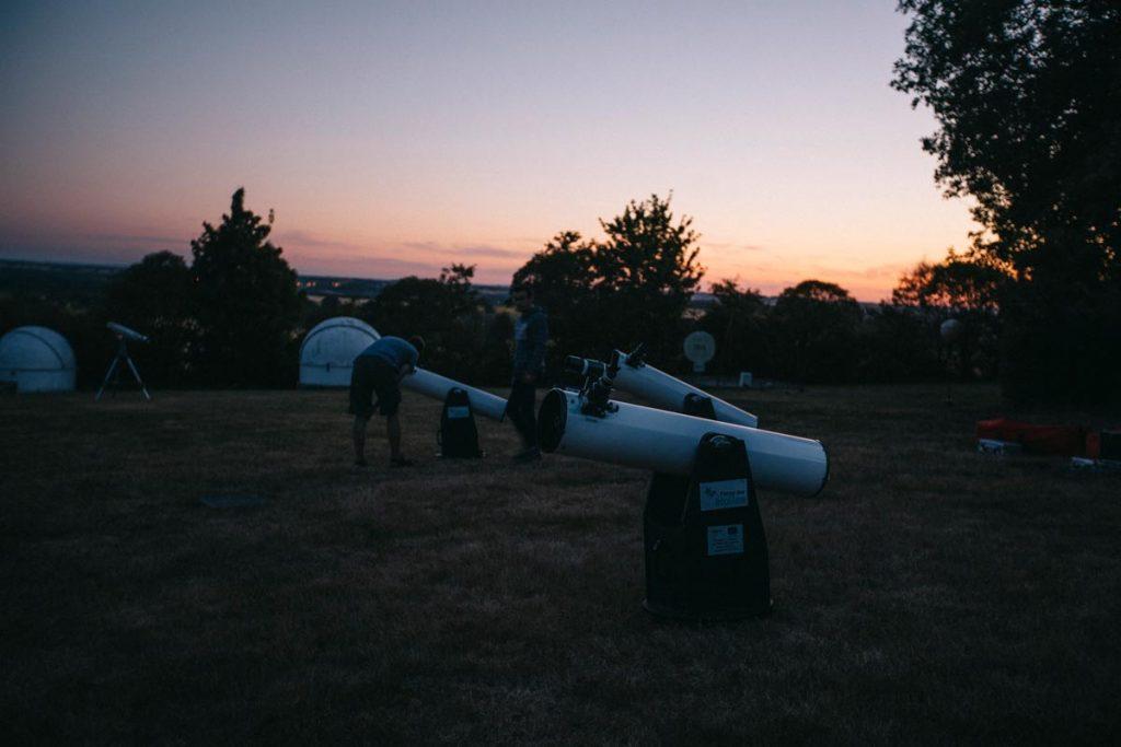 regarder les étoiles par le télescope à la ferme aux étoiles