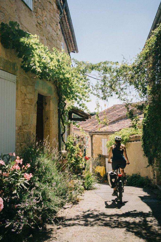 Vélo dans le village de Lavardens und es plus beau de France