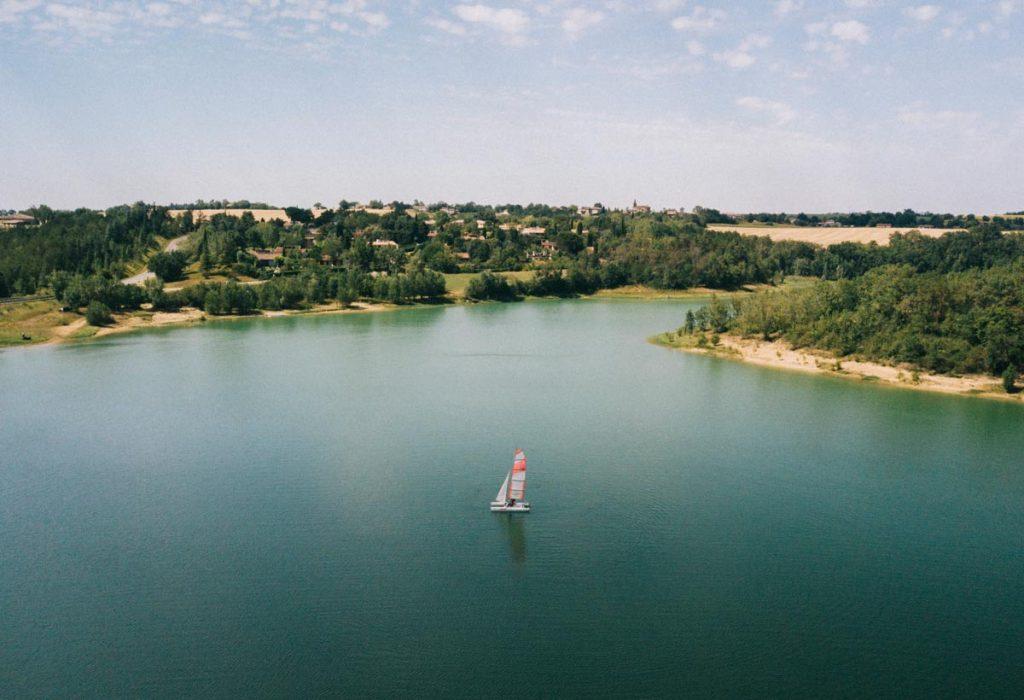 faire du catamaran sur le lac de Saint-Criq