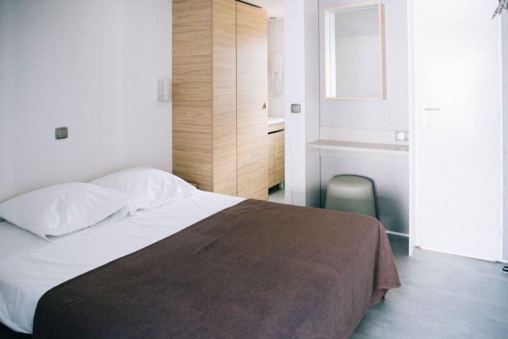 chambre dans un bungalow du camping le Roussillonnais