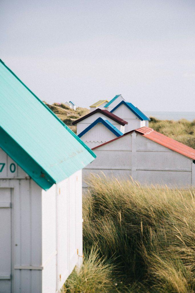 les cabanes colorés de gouaille sur mer