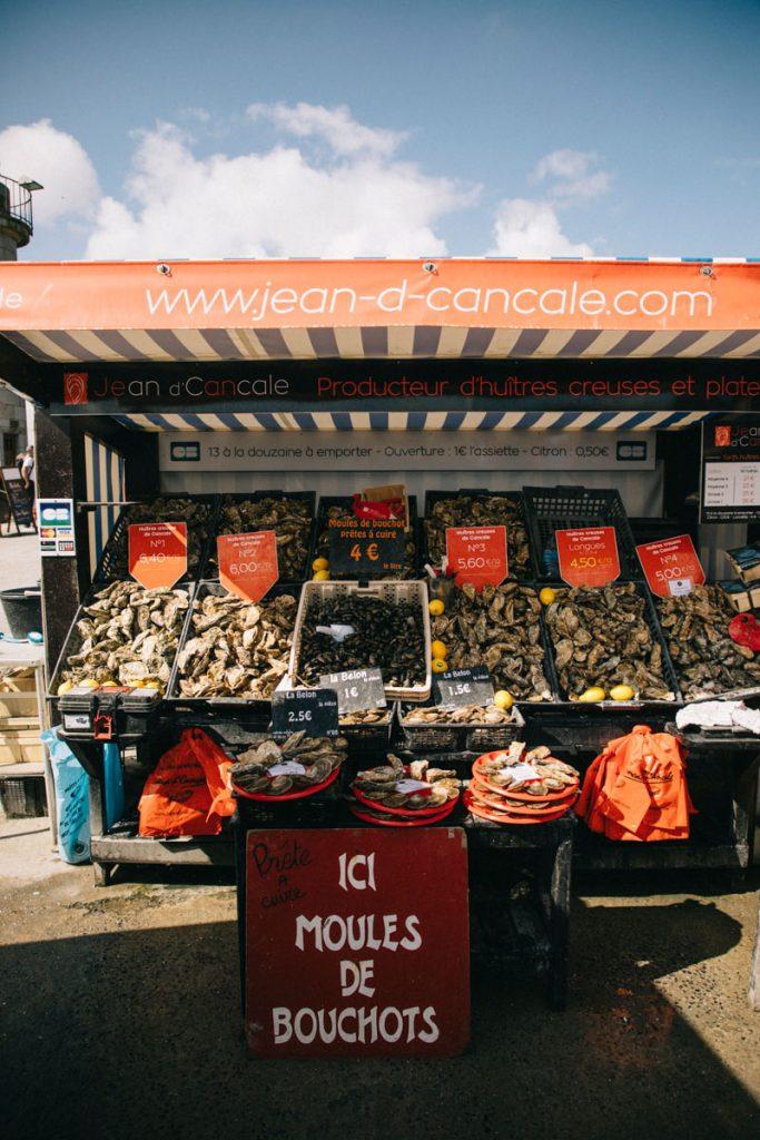 le marcher au huîtres sur le port de Cancale
