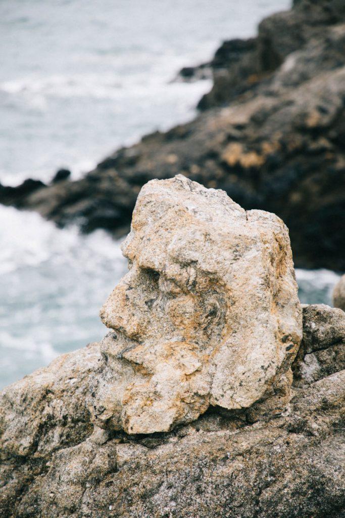 tête sculptée à Rothéneuf