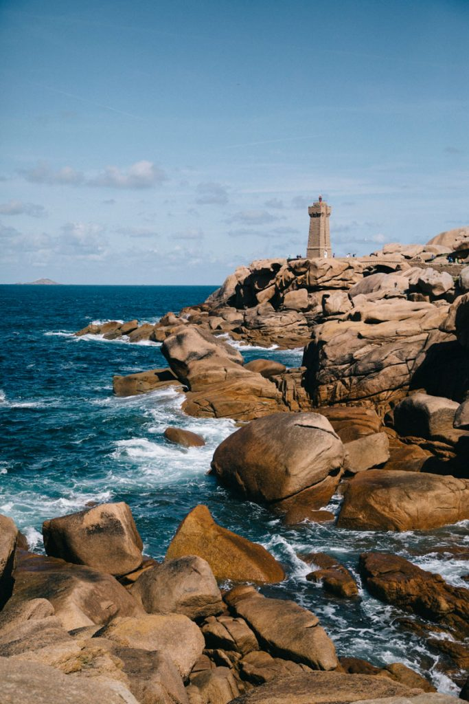 le phare de Men ruz le long de la côte de Granit Rose
