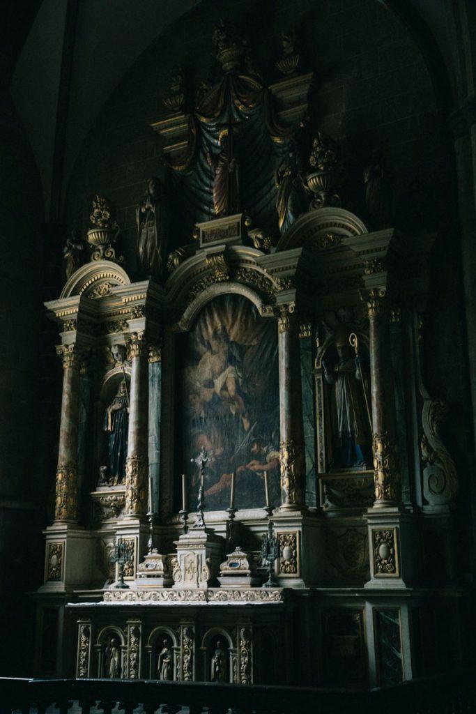 l'autel en granit de l'église de la trinité de Brélévenez