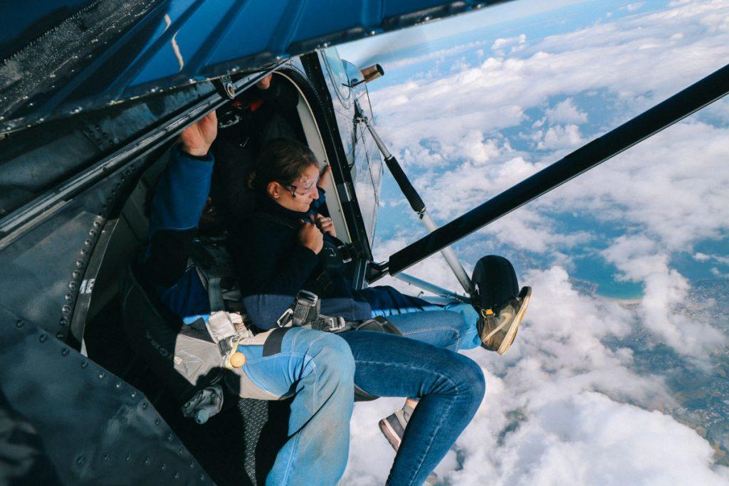 saut en parachute au dessus de la Côte de Granit Rose
