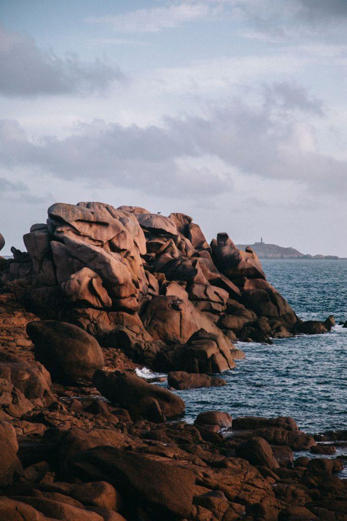 les gros rochers de la côte de Granit Rose