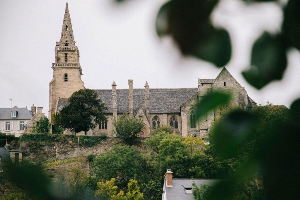 église de la trinité de Brélévenez vue de loin