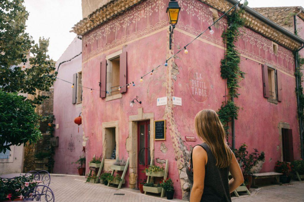 le château village de Castigno et ses façades roses