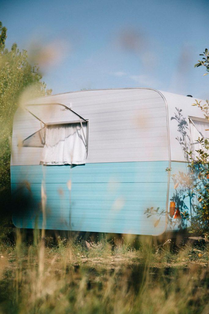 Caravane vintage dans le camping du Caroux