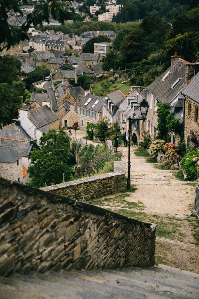 les escaliers de l'église de Brélévenez