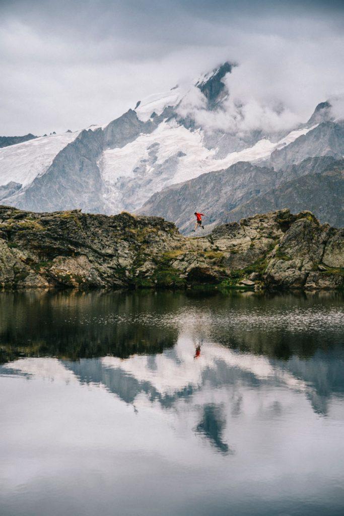 Lac lérié avec les glacier en fond