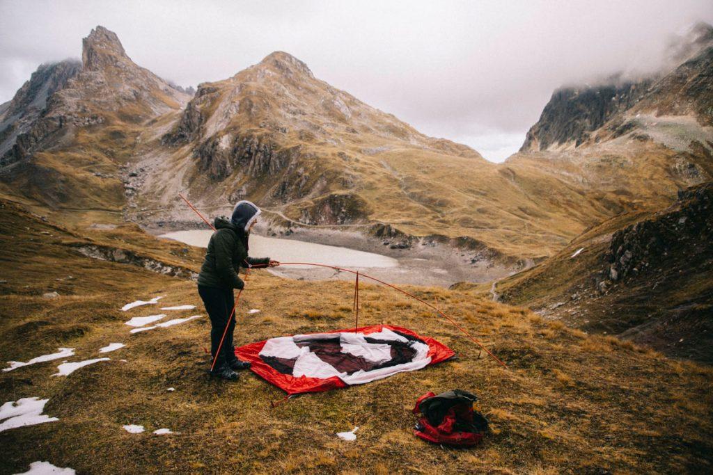 montage du camp devant le lac du grand Ban