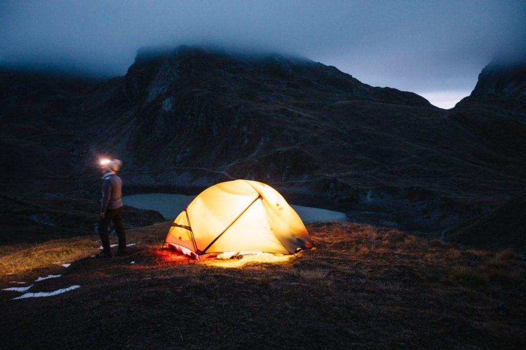 notre campement à la tombée de la nuit