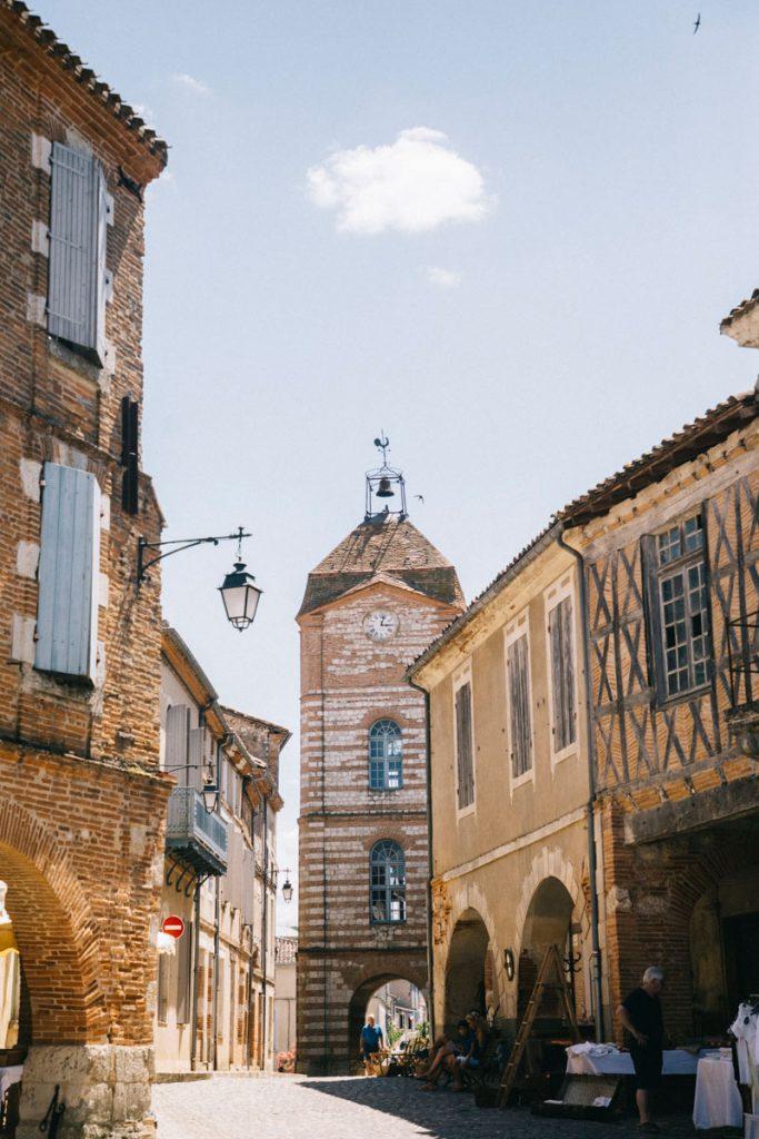 la tour de l'horloge du village d'Auvillar