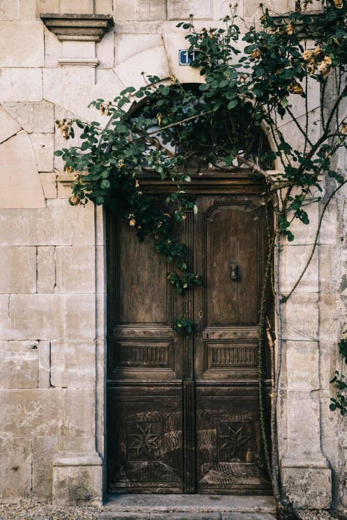 une belle porte dans le village de Caylus