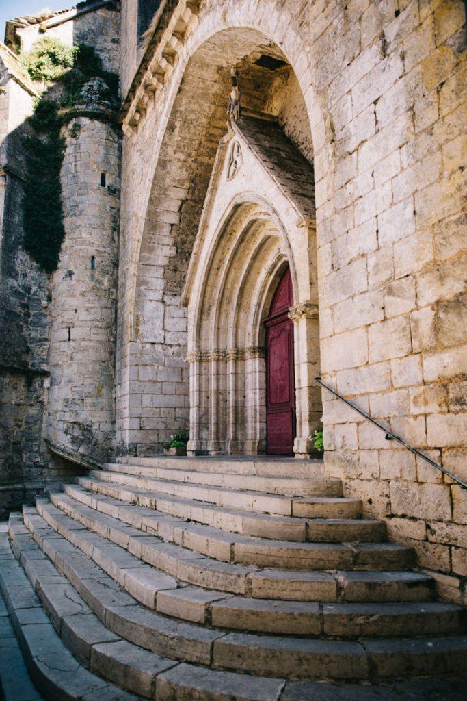 l'entrée de l'église de Caylus