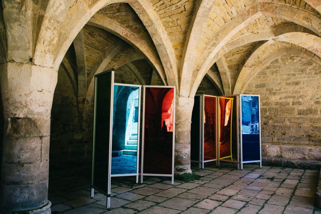 exposition 'art contemporain dans l'abbaye de Beaulieu