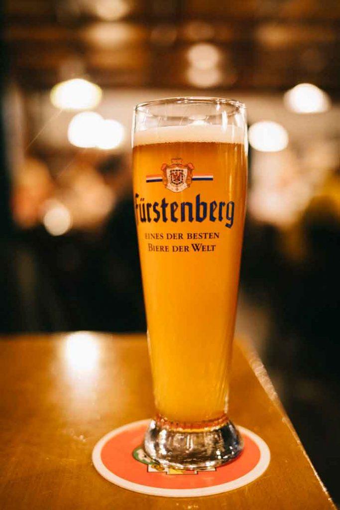 boire une bière dans le meilleur bar de Fribourg