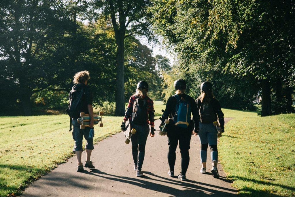faire du longboard dans le parc de St Columbs