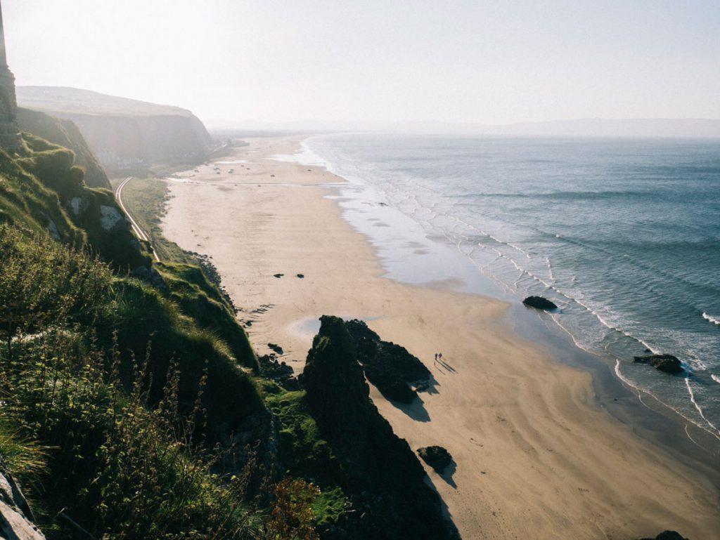 panorama sur la côte des géants en Irlande du Nord