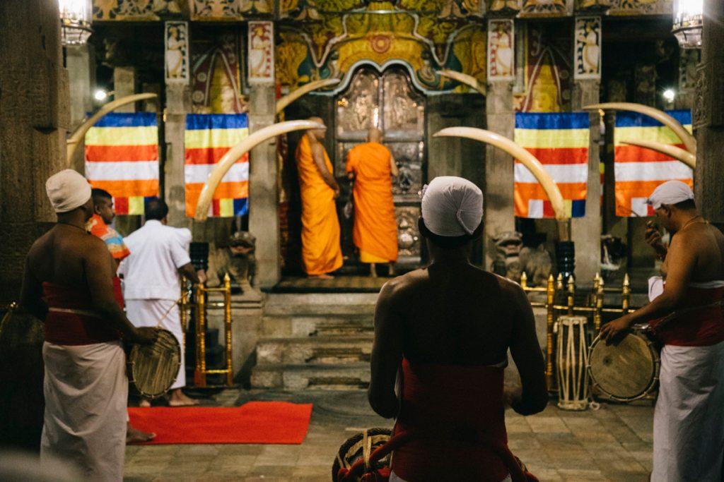 cérémonie au temple de la dent à Kandy