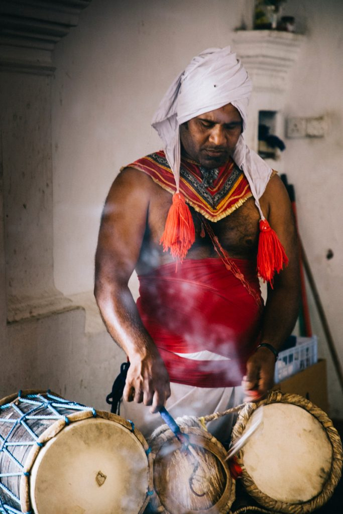 percussionniste devant les grottes de Dambulla