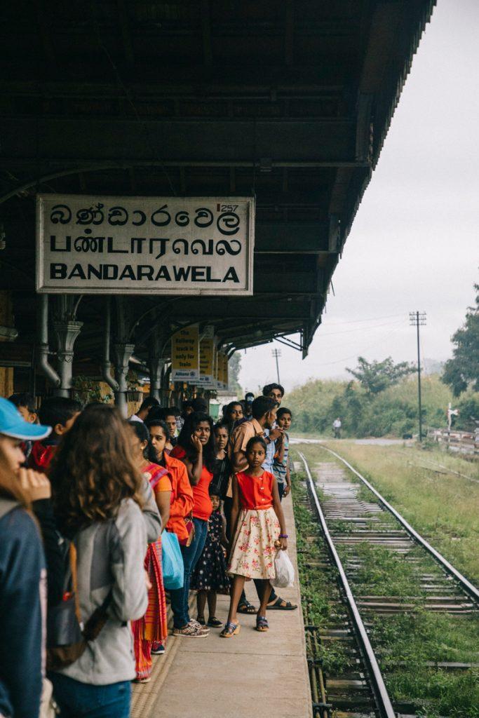 prendre le train à la gare d'Ella