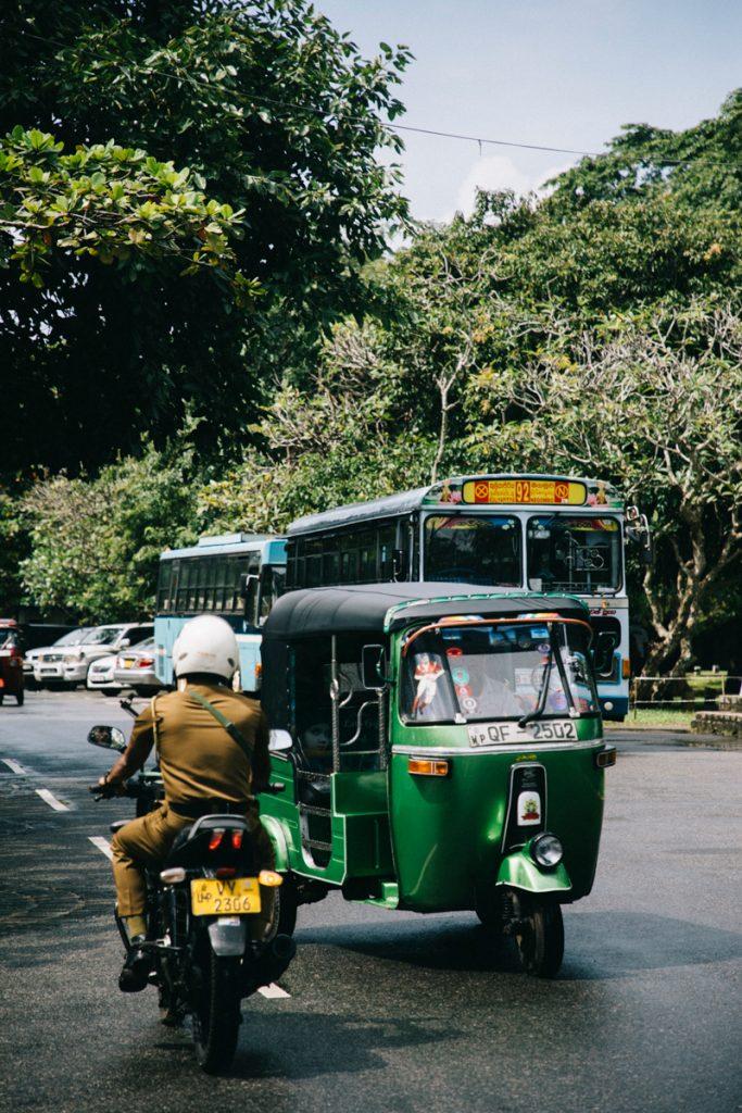 si déplacer en tuktuk à Colombo la capitale du Sri Lanka