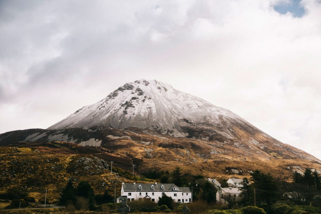 le chateau de Glenveagh depuis un point de vue en randonnée