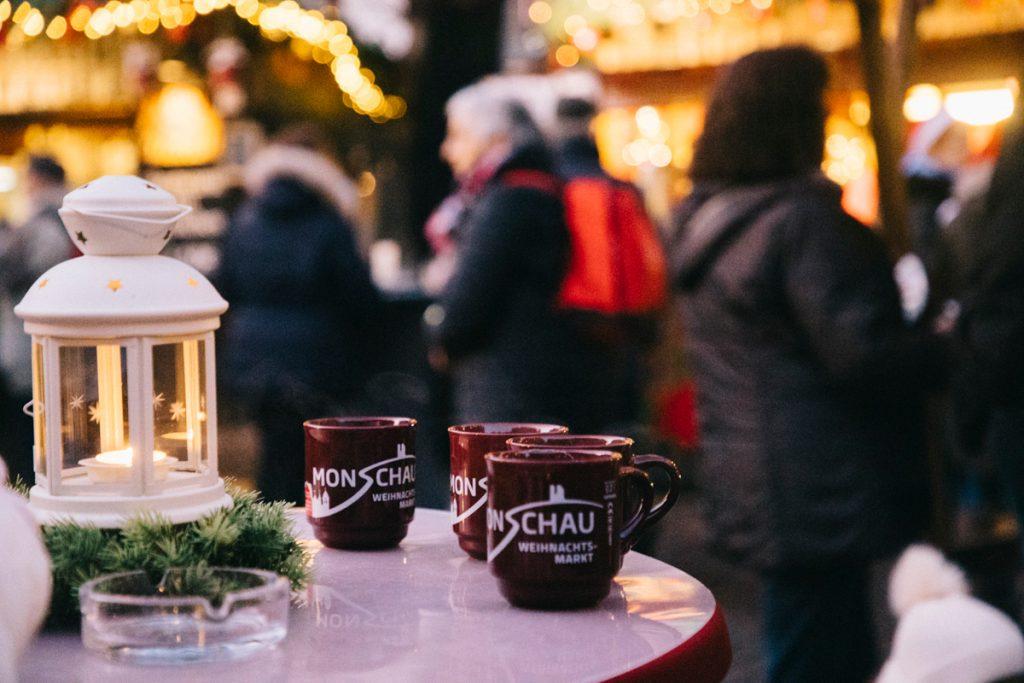 boire du vin chaud sur le marché de Noël