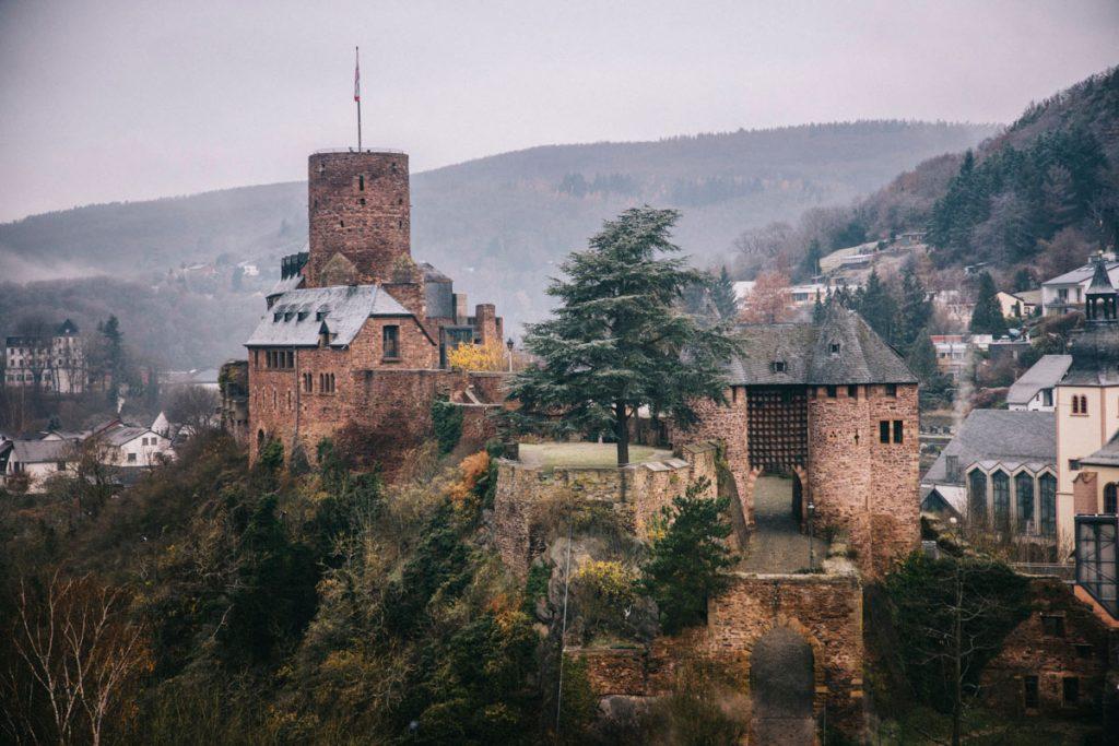 la vue sur le chateau fort d'Heimbach depuis le sentier de randonnée de Luna