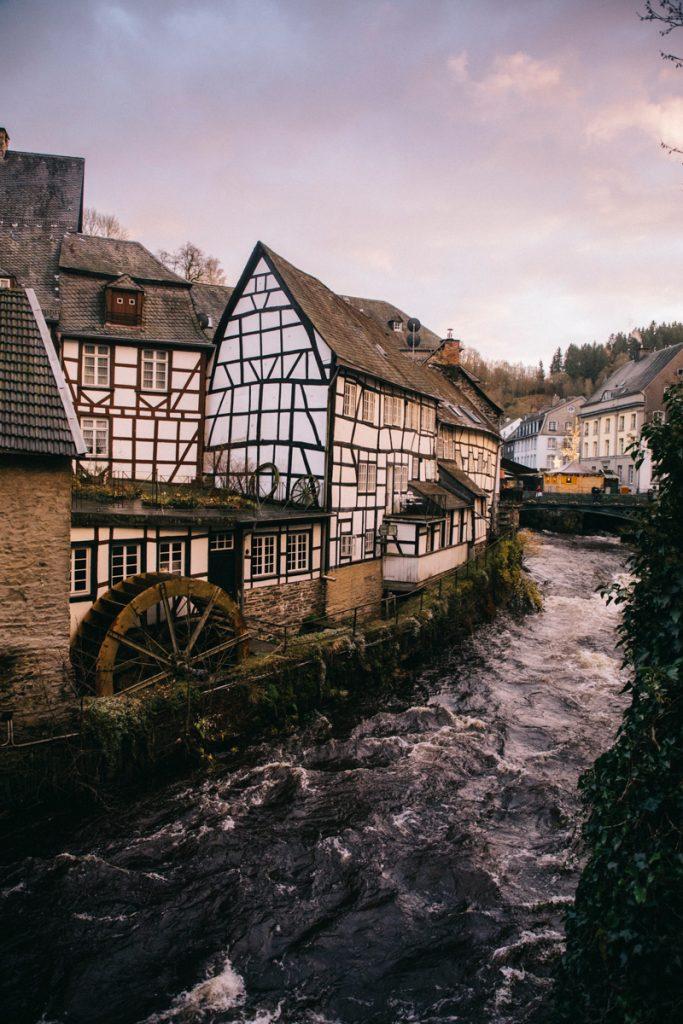 le moulin et les maison à colombage de la ville médiévale de Montjoie