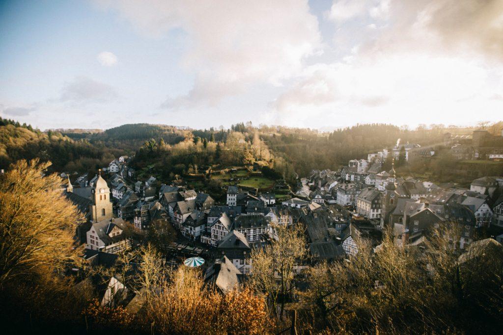 panorama sur la ville de Monschau en hiver