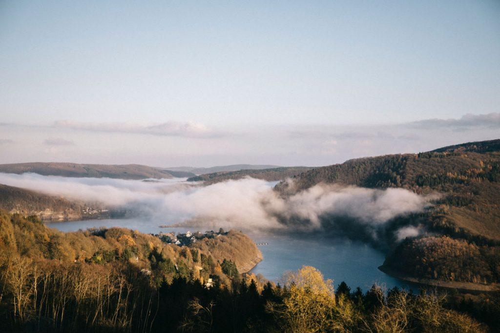 panorama sur la Rur depuis la route dans le parc national d'Eifel