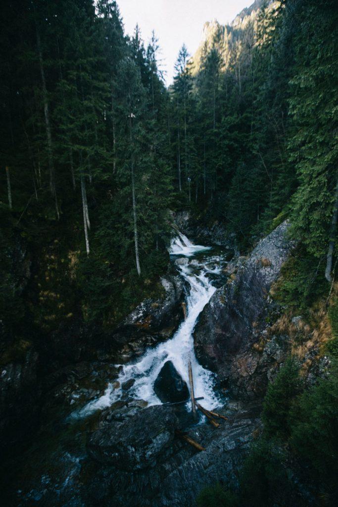 une cascade sur le sentier de randonnée en direction du lac de Morskie Oko
