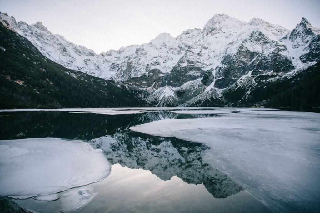 le lac Morskie ooo avec un manteau blanc de neige